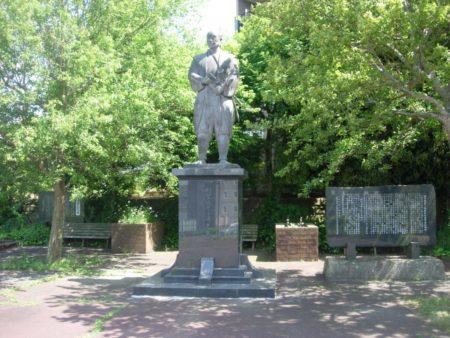 塚原卜伝の像