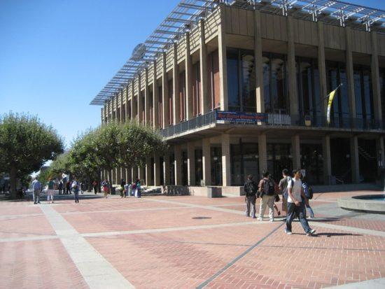 カリフォルニア大学と大学生