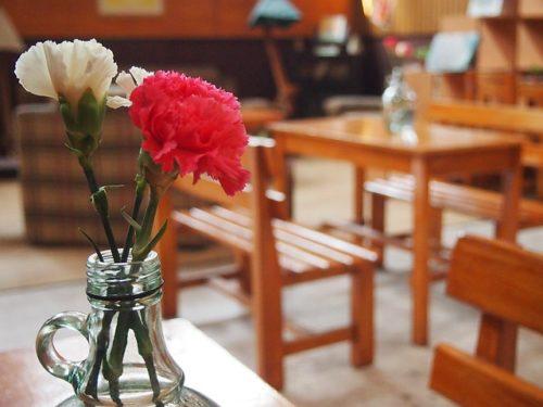カーネーションとカフェ