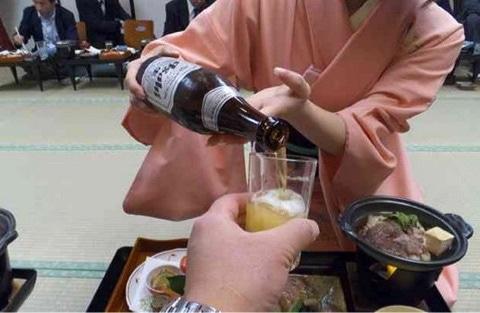 ビールを注ぐ1