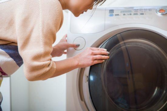 洗濯機と女性