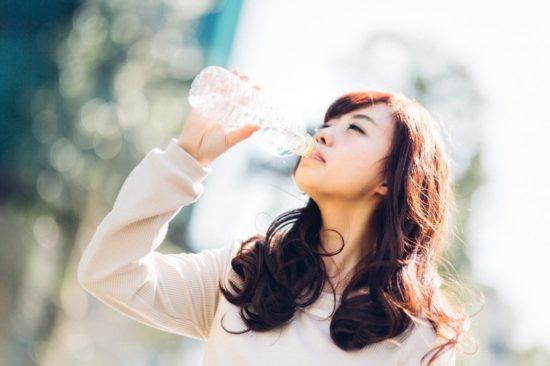 水分補給する女性