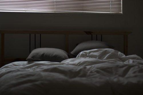 薄暗い寝室ベッド