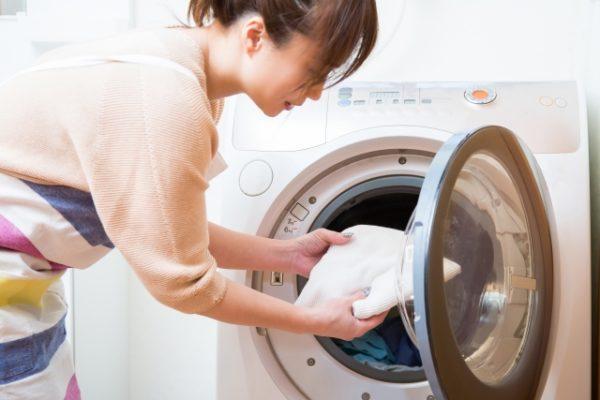 ドラム式洗濯機と女性