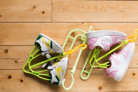 靴ハンガーにかけた靴