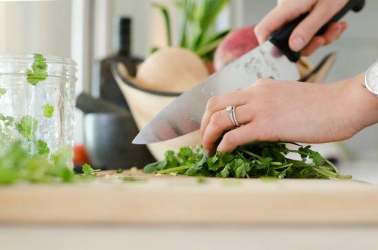 調理する手