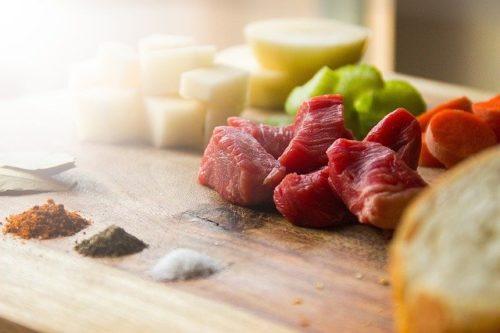 調理前の生肉とスパイス