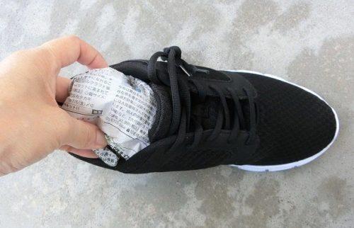 靴の中に新聞紙を入れる