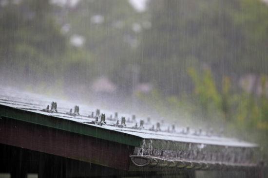屋根と大雨