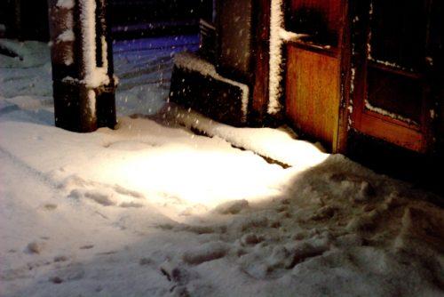 夜の古民家の玄関