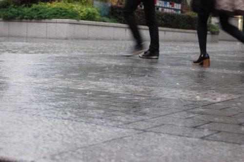 雨で走る女性