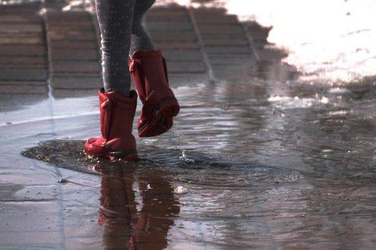 雨と長靴の子ども