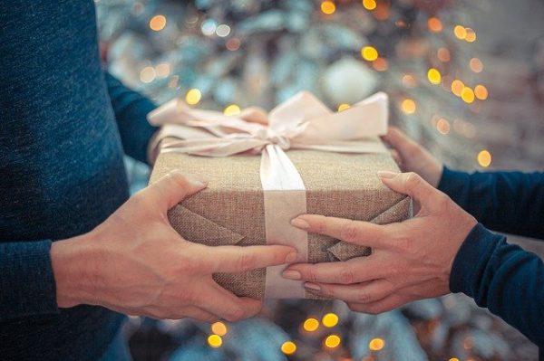 プレゼントを手渡し