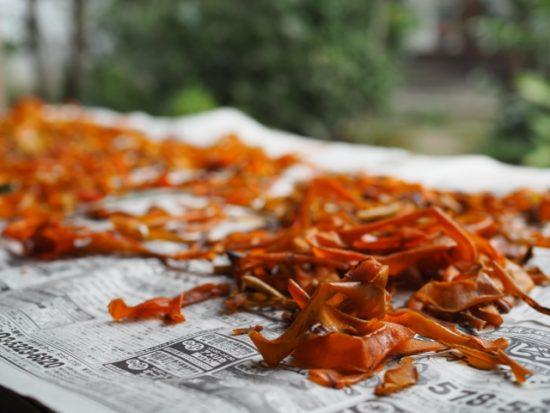 乾燥させている柿の皮