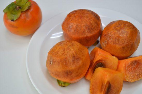 むいた完熟の柿