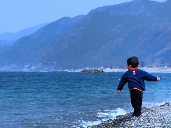 海で石を投げる子ども
