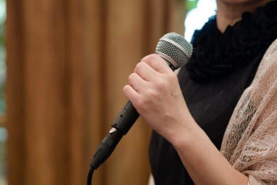 スピーチをする女性