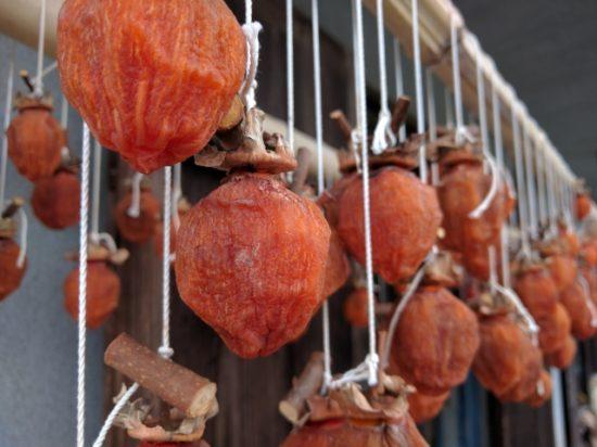 軒先に吊るされた干し柿