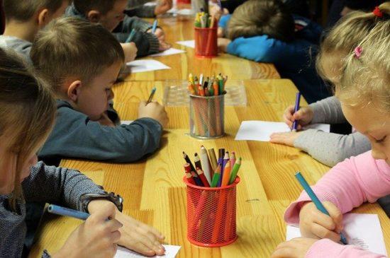 絵を描く子ども達