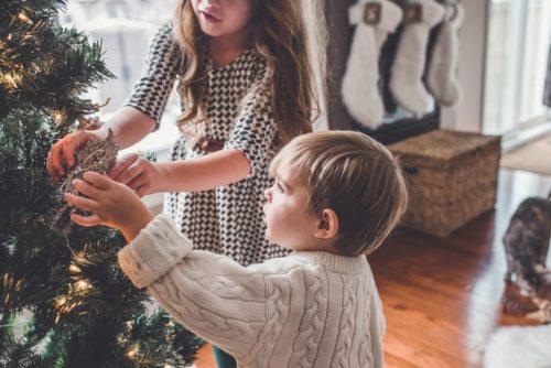 クリスマスツリーと子ども達
