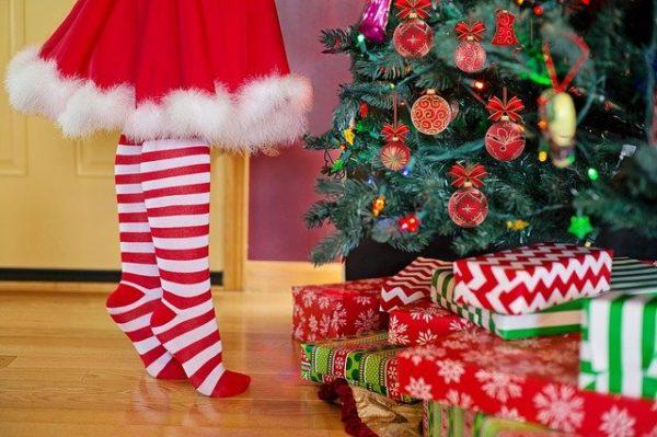 クリスマスツリーの飾りつけする子ども