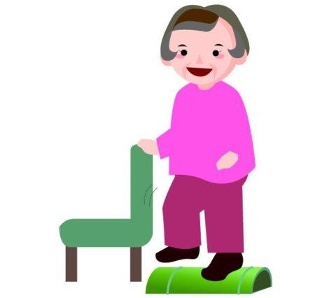 椅子を使って青竹踏みをする女性