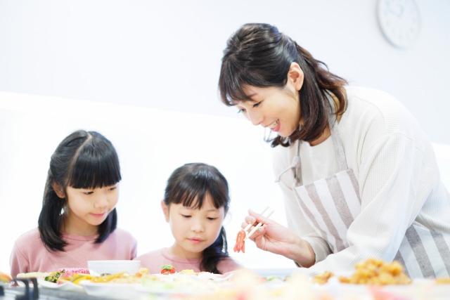 お弁当作りの女の子と母親