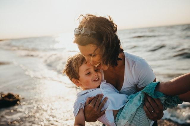 外国の男の子と母親