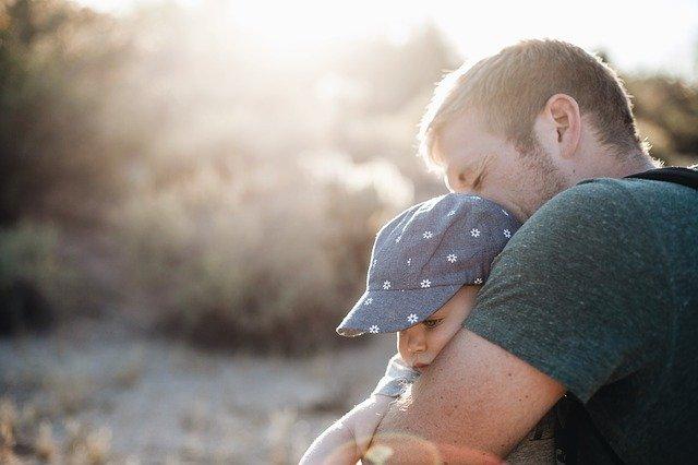 子どもを抱きしめる父親