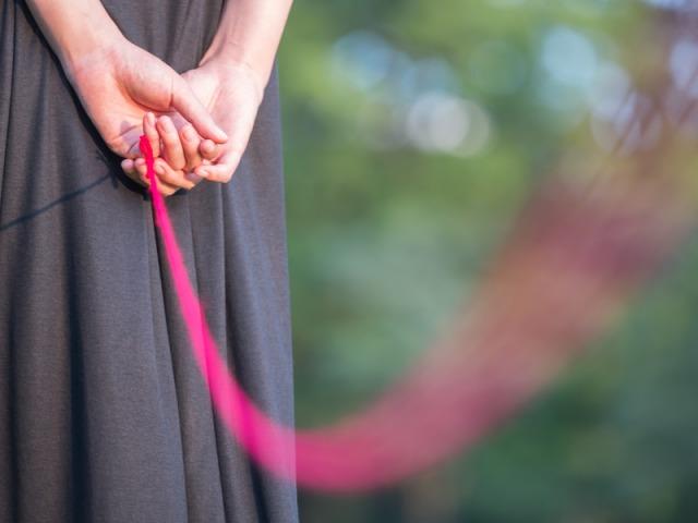赤い糸と女性の後ろ姿