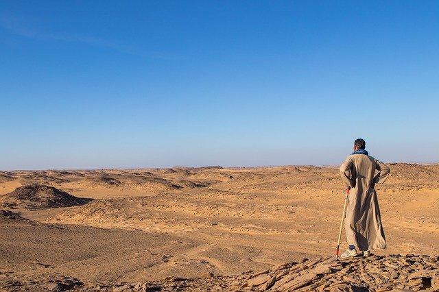 砂漠に立つ男性