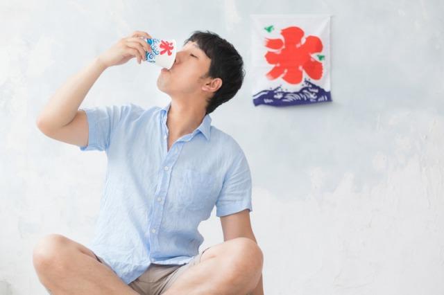 かき氷を飲む男性