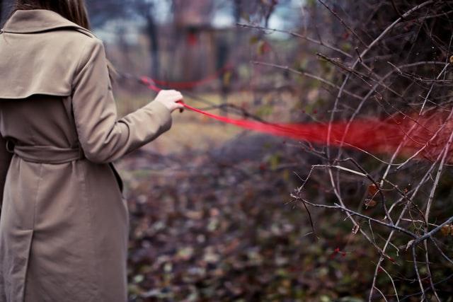 赤い糸を持つ女性