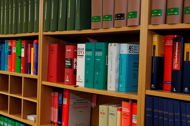 法律の本が入った本棚