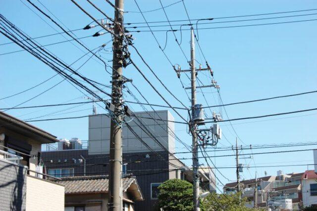 住宅街にある電柱と電線
