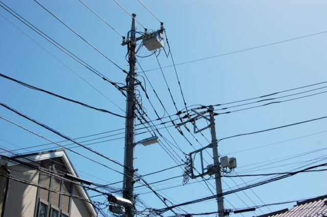 住宅街にある電線