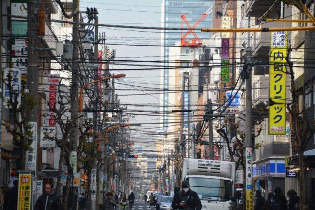 都会にある電柱と電線